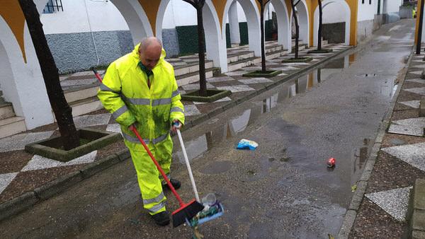 trabajador limpiando la calle